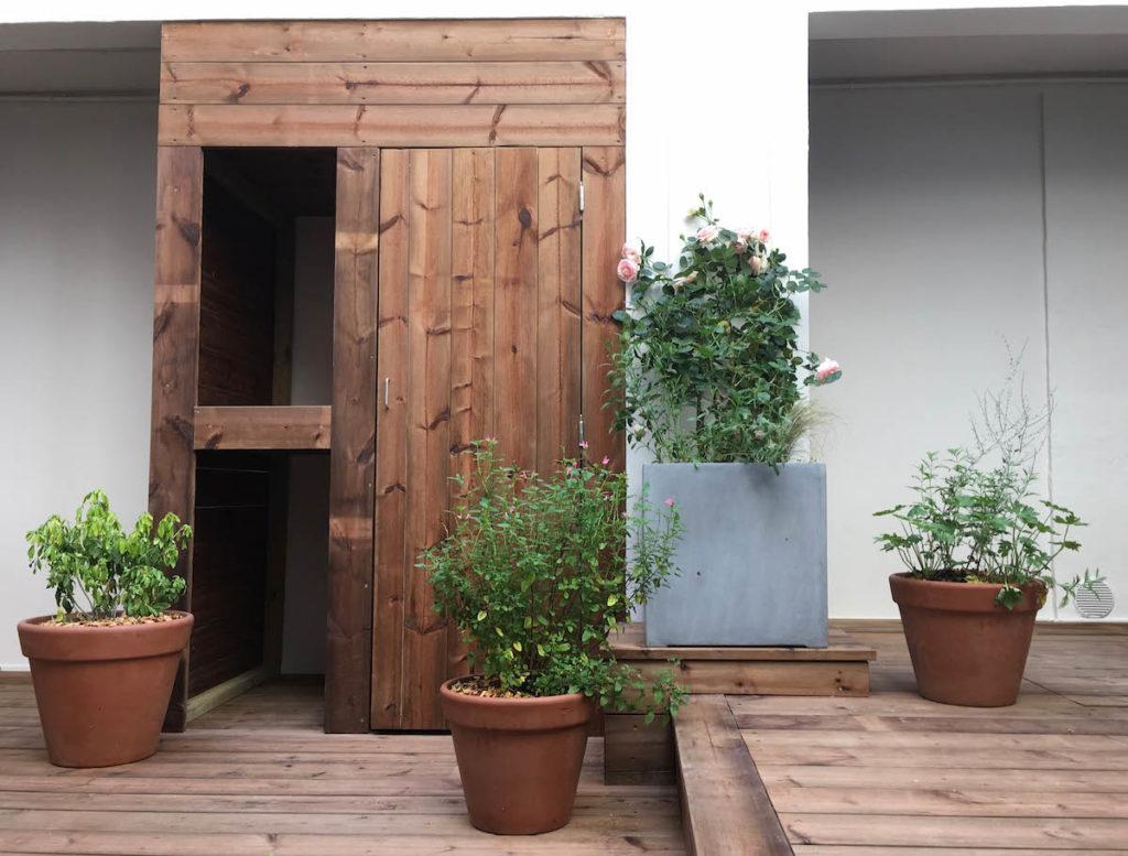 Le bac utilisé pour planter le rosier est en alliage de fibres synthétique et de pierre naturelle.
