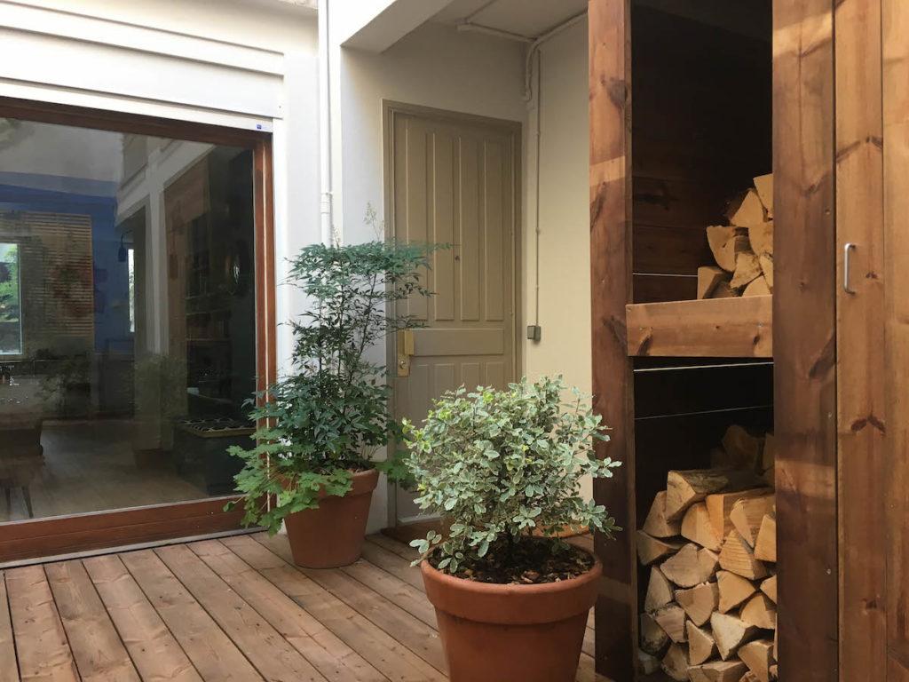 Vue sur le salon et l'entrée de l'appartement depuis le patio.
