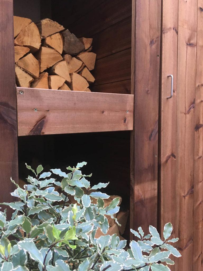 Détail du meuble de rangement en bois du patio.