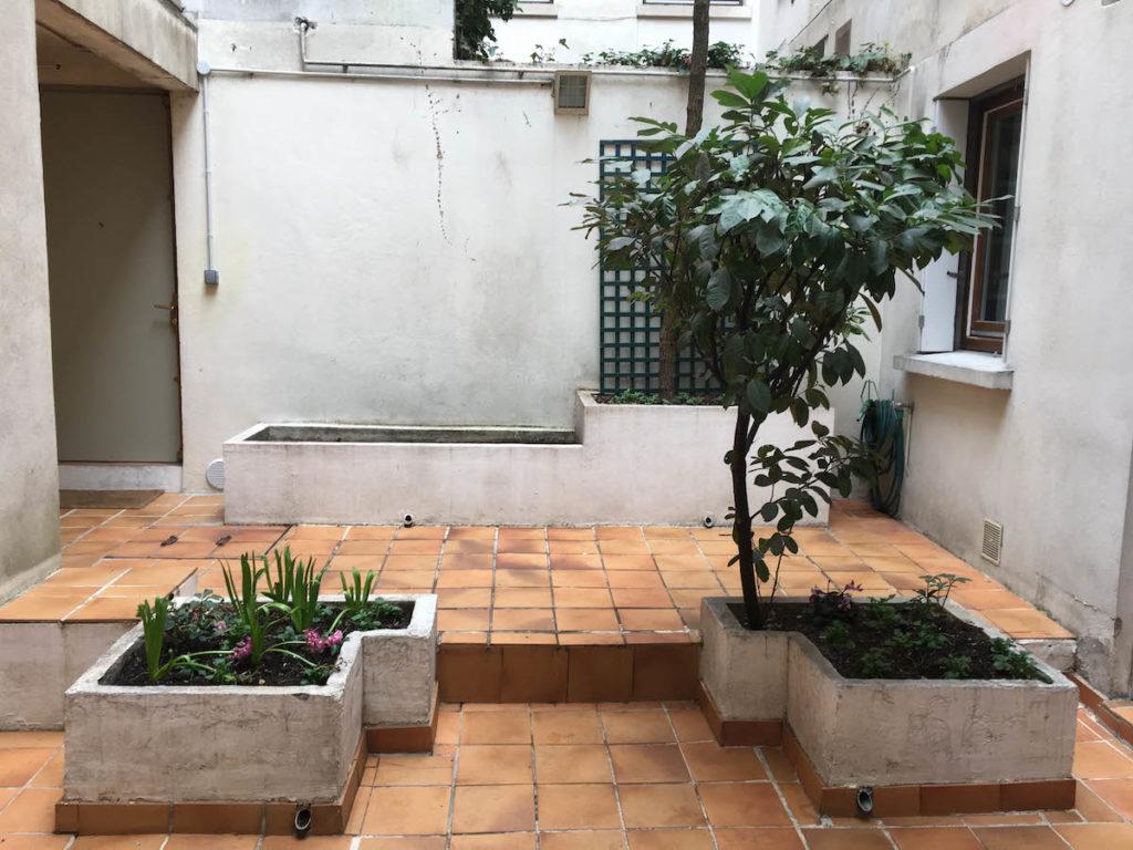 Vue d'avant projet du Patio Majorelle : les jardinières encombrent l'espace.